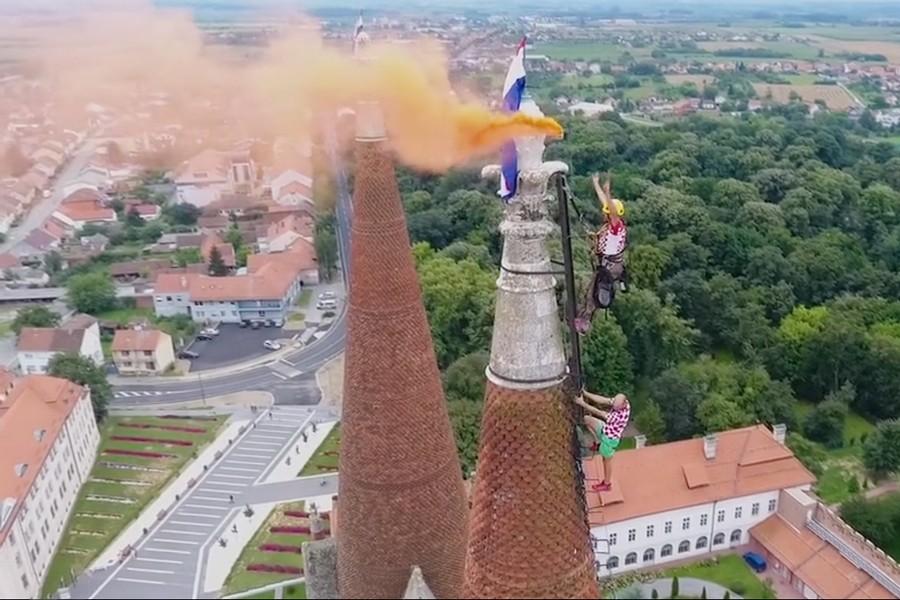 Zastave na vrhu tornjeva katedrale u čast Vatrenima!