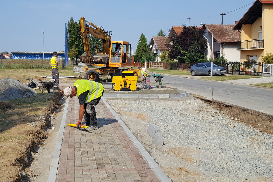 Novo parkiralište i pješačka staza ispred Ćolnićeve škole