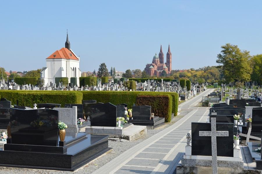 Vrata svih đakovačkih groblja tijekom blagdana neprestano otvorena
