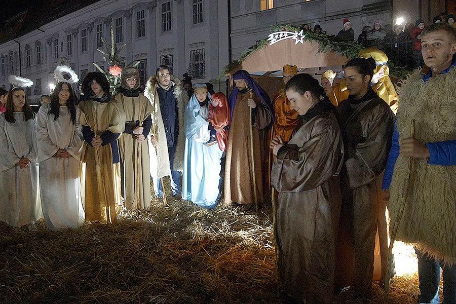 Žive jaslice pred katedralom u badnjoj noći i na Božić