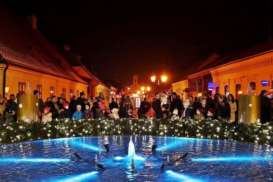 Svijetli prva svijeća adventskog vijenca na Strossmayerovu trgu