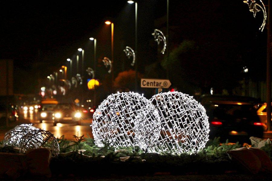 Na tisuće lampica obasjavaju Đakovo, ukrasi i prigradskim naseljima