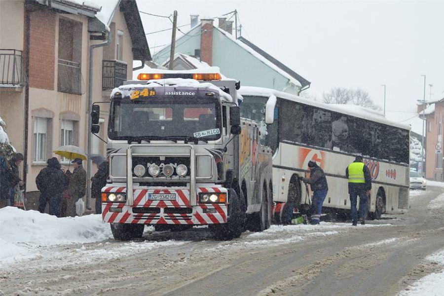 Autobus pun vojnika udario u kamion i skliznuo s ceste, zaustavila ga kuća