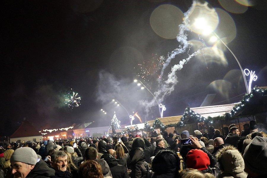 Mnoštvo Đakovčana Novu godinu dočekalo uz tamburice i vatromet