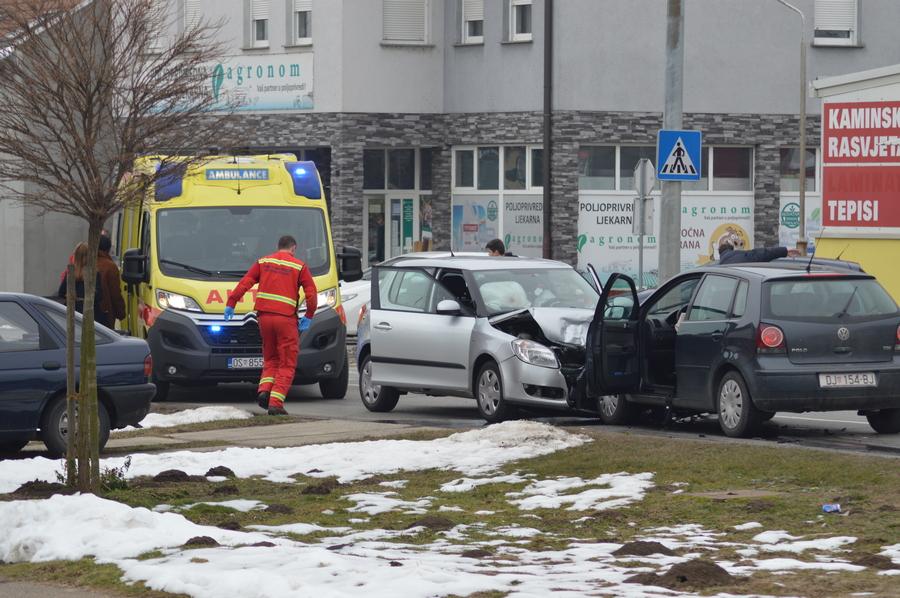 Frontalni sudar osobnih automobila u Nazorovoj ulici