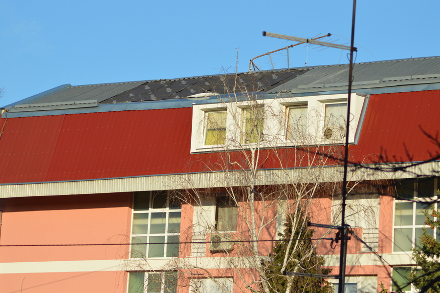Olujni vjetar skinuo pokrovne ploče sa stambene zgrade i oštetio automobile