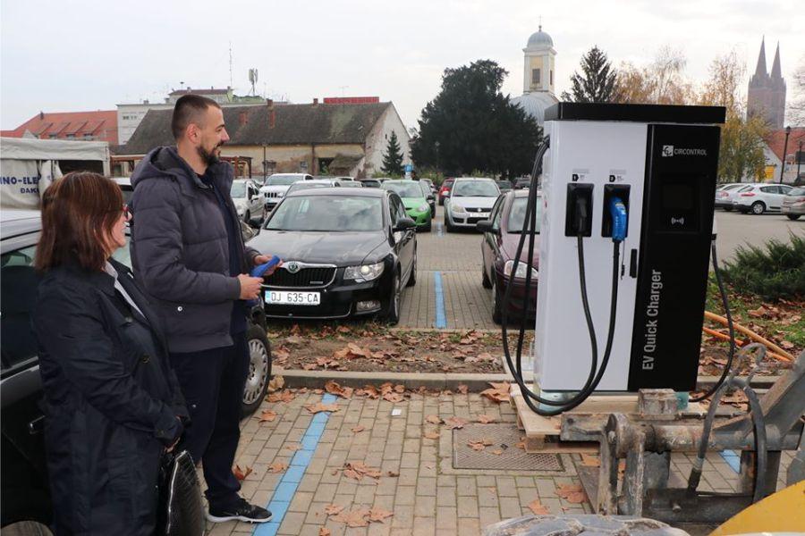 Postavljena prva punionica za električna vozila u Đakovu