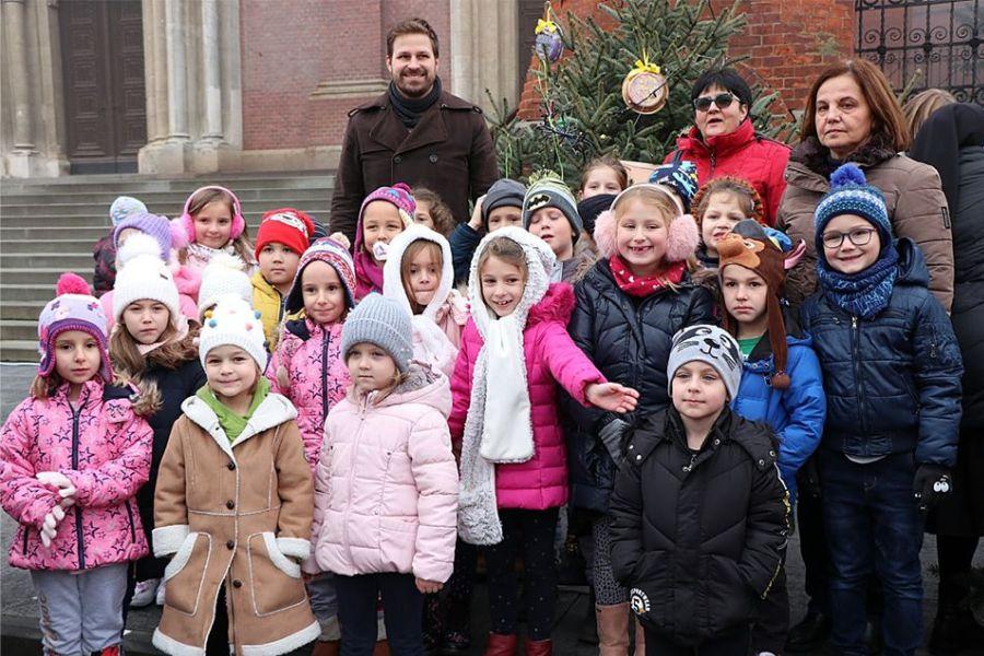Gradonačelnik s mališanima ukrasio božićne jelke