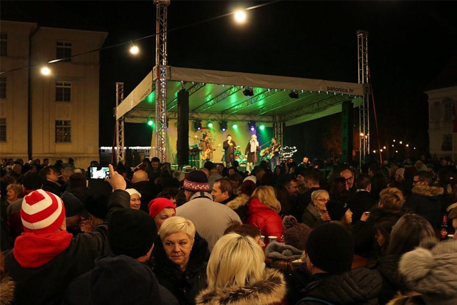 Mnoštvo Đakovčana na Strossmayerovom trgu dočekalo Novu godinu