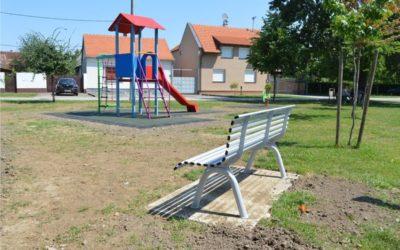 Postavljene nove klupe na dječjim igralištima sa sigurnosnim podlogama