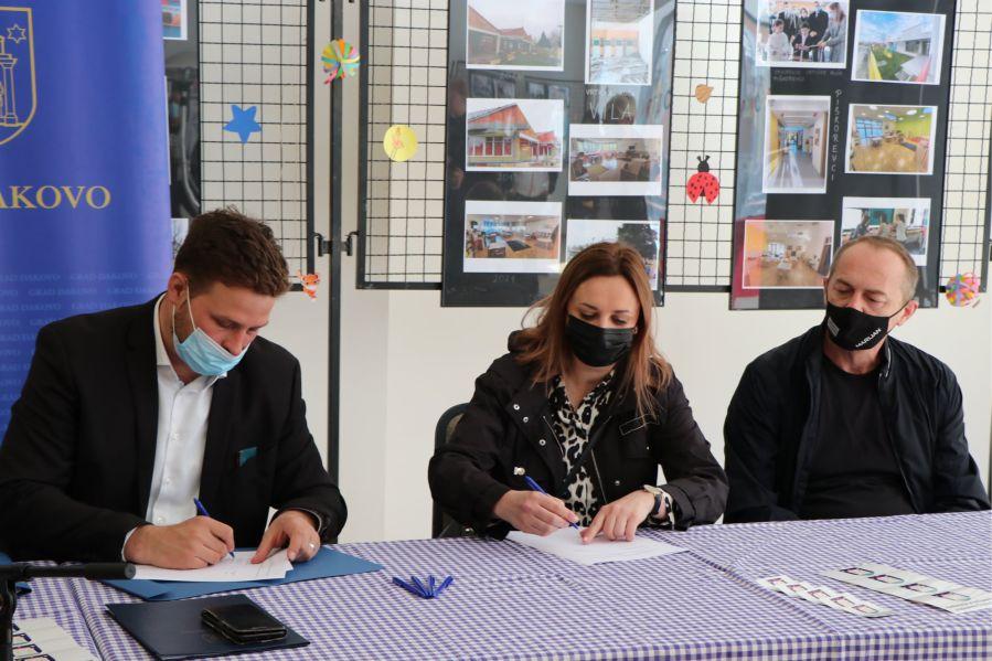 Potpisivanje ugovora_Foto_Grad Đakovo